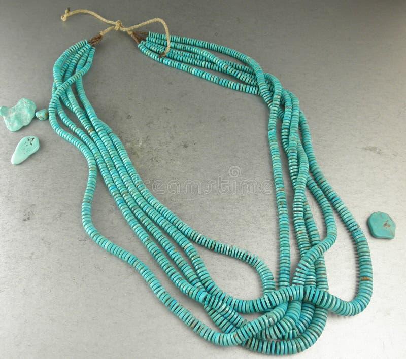 Åtskilliga trådar för härliga sydvästliga smycken av den blåa turkosheishihalsbandet royaltyfri fotografi