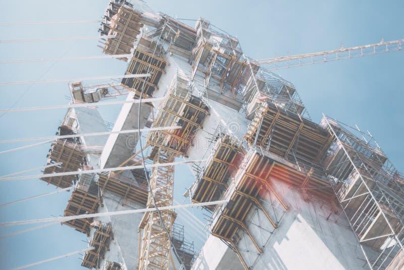 Åtskilligt material till byggnadsställning på en repbro under konstruktion arkivfoto