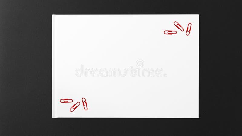Åtskilligt rött papper på vitbok på mörk bakgrund arkivfoton