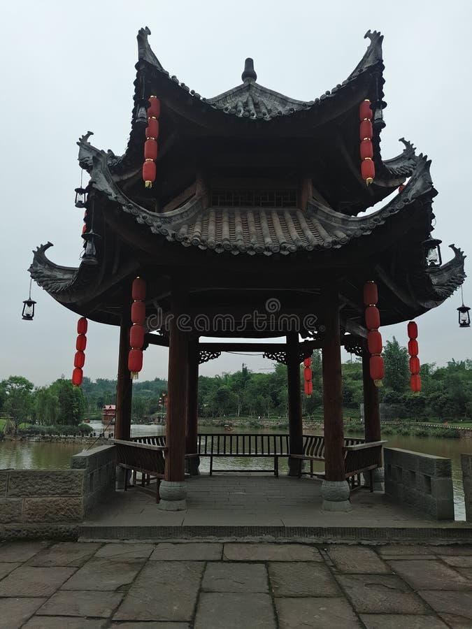 Åttahörnig paviljong med kinesiska kännetecken arkivfoto