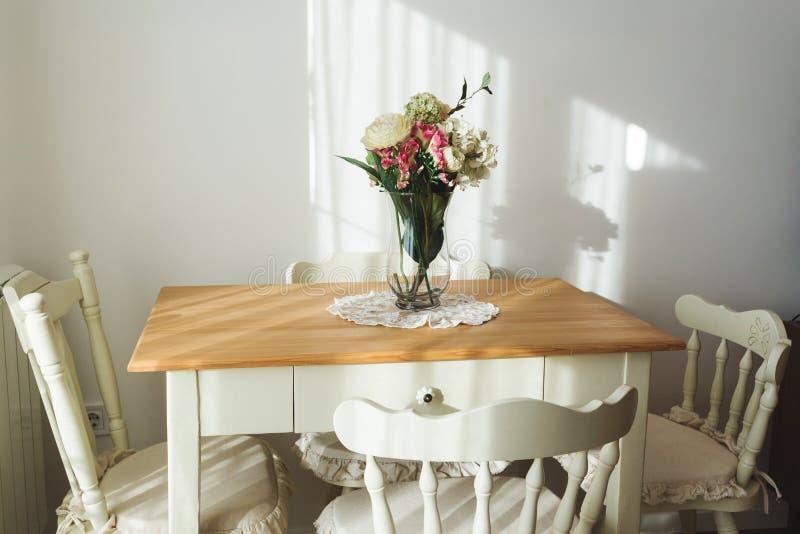 恰好装饰的居住的午餐室 饭桌和有些椅子 免版税库存照片