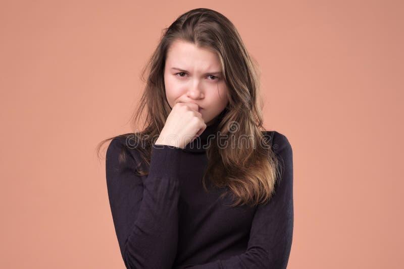 握在面孔的哀伤的妇女手在棕色背景 库存照片