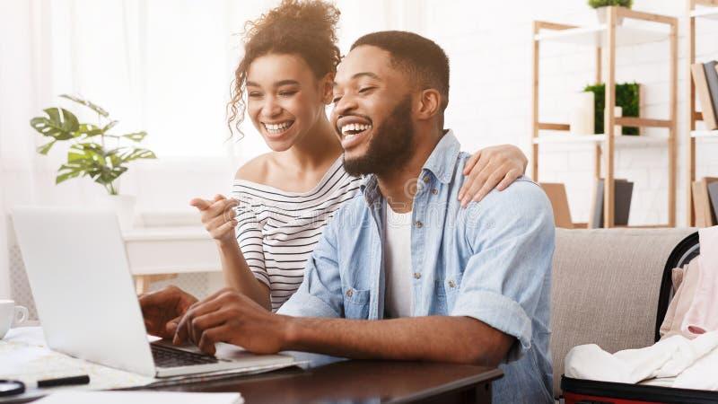 搜寻游览在网上在膝上型计算机的非裔美国人的夫妇 库存图片