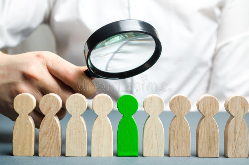 搜寻新的雇员的商人 职员补充 选择队的一个人 寻找一名有天才的雇员 吸引的 免版税库存图片