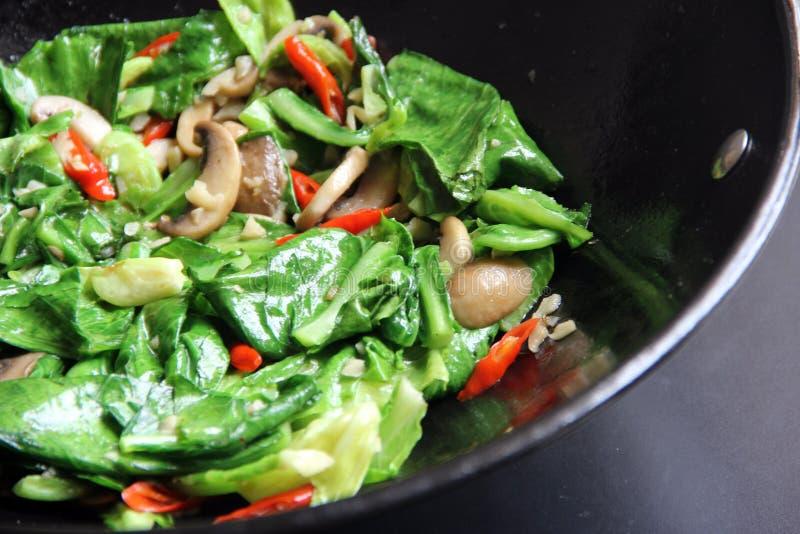 搅动在煎锅的油炸物菜 免版税库存照片