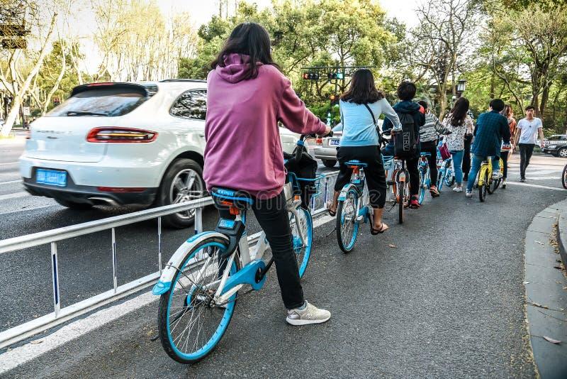 杭州,中国- 2018年3月30日:车手的出租自行车在任何地方杭州路  免版税库存图片