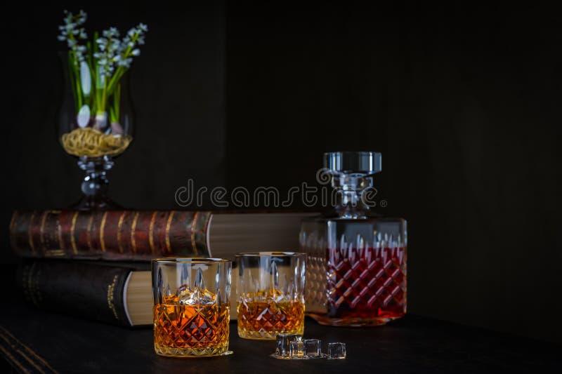 杯与冰的威士忌酒在黑暗的背景 库存图片