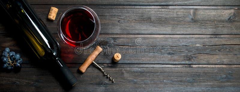 杯与拔塞螺旋和黄柏的红酒 库存图片