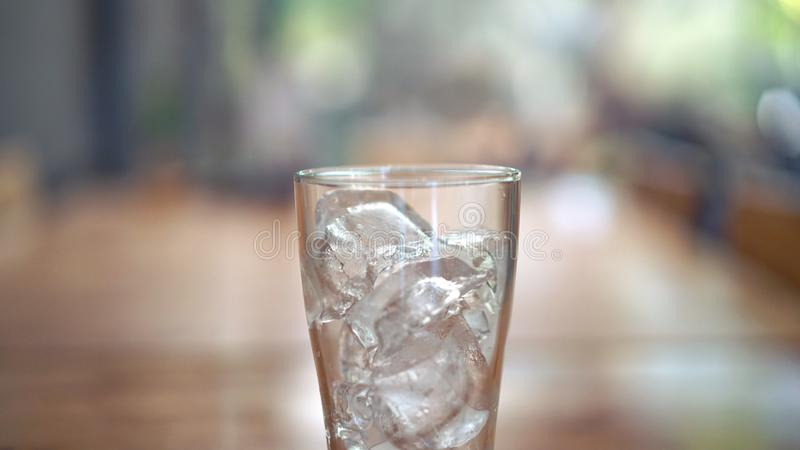 杯在木桌上的冰 免版税库存照片