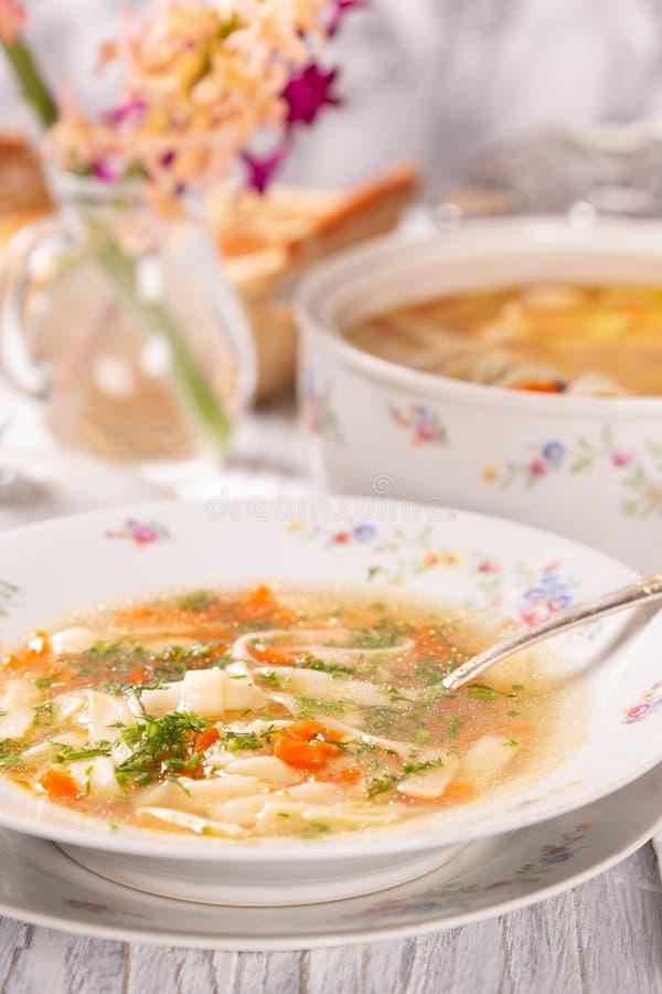 板材用在桌上的新鲜的热的汤 瓷盘 免版税库存照片