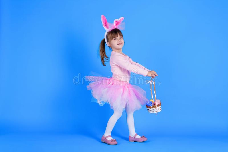 桃红色礼服的孩子庆祝愉快的复活节假日的 库存图片