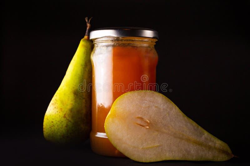 梨果酱和新鲜的黄色成熟梨 库存图片