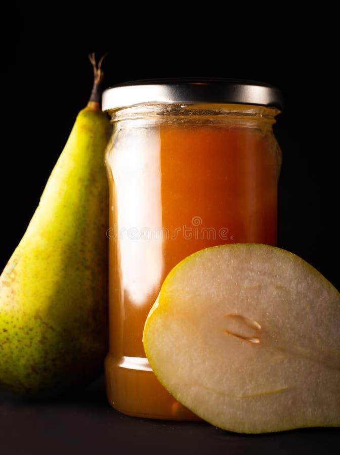 梨果酱和新鲜的黄色成熟梨 免版税库存图片