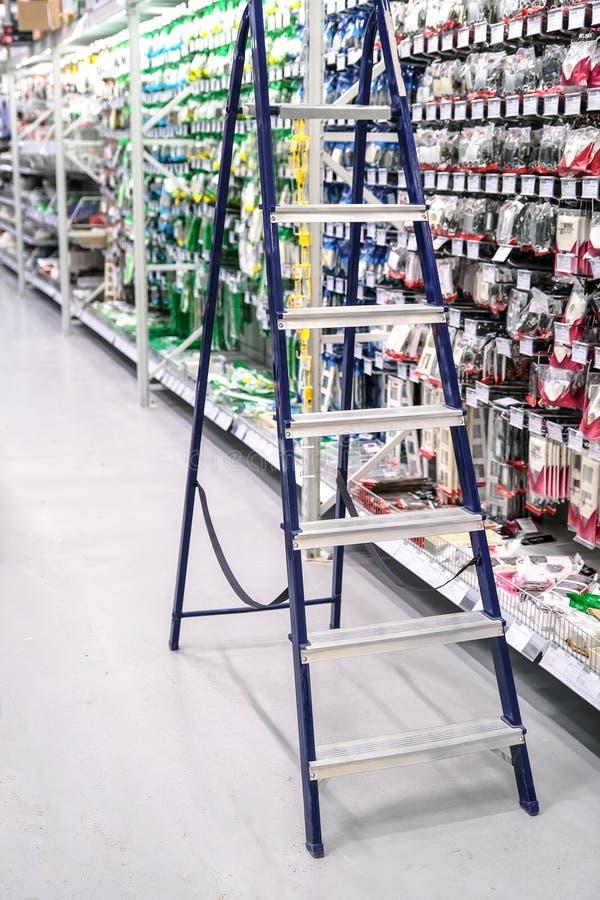 梯子 梯子的特写镜头,站立在百货店电工 免版税库存照片