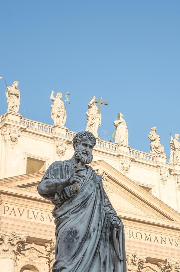 梵蒂冈,罗马,意大利- 2015年2月16日:圣保罗雕象在圣彼得附近入口的  库存照片