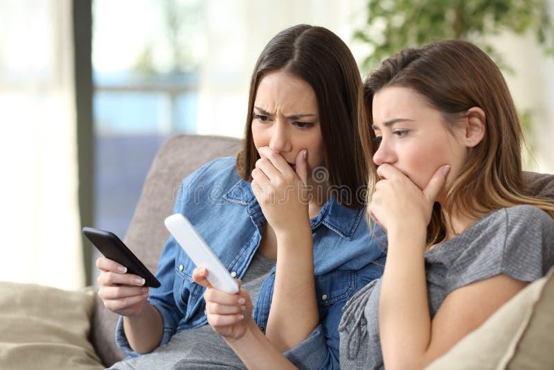 检查智能手机内容的担心的妇女 免版税库存照片