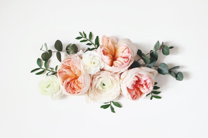 植物布置、网横幅与桃红色英国玫瑰,毛茛属、康乃馨花和绿色叶子在白色桌上 图库摄影