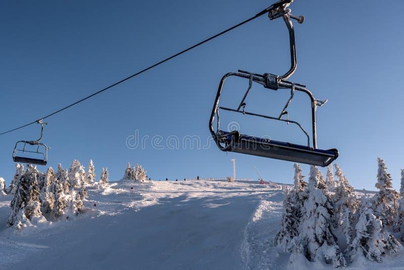 椅子滑雪电缆车的空位进去 免版税图库摄影