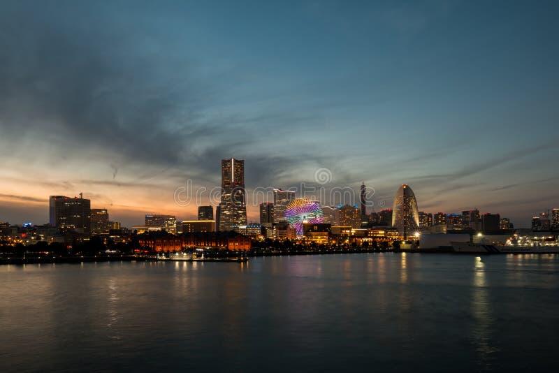 横滨日本- 2016年11月13日;横滨口岸看法在日落的作为都市风景照明设备 库存图片