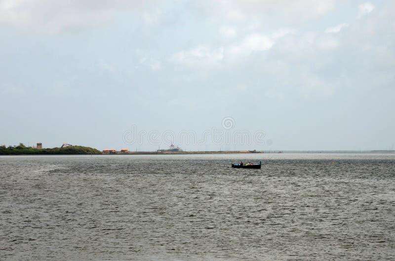 横跨The Creek小游艇船坞水的看法在卡拉奇巴基斯坦 免版税库存照片