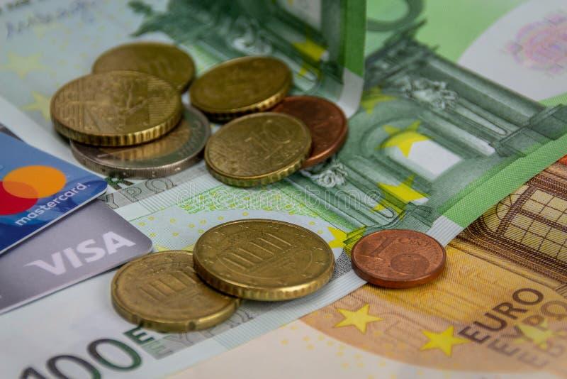 欧元纸币、硬币、签证和万事达卡信用卡 库存图片