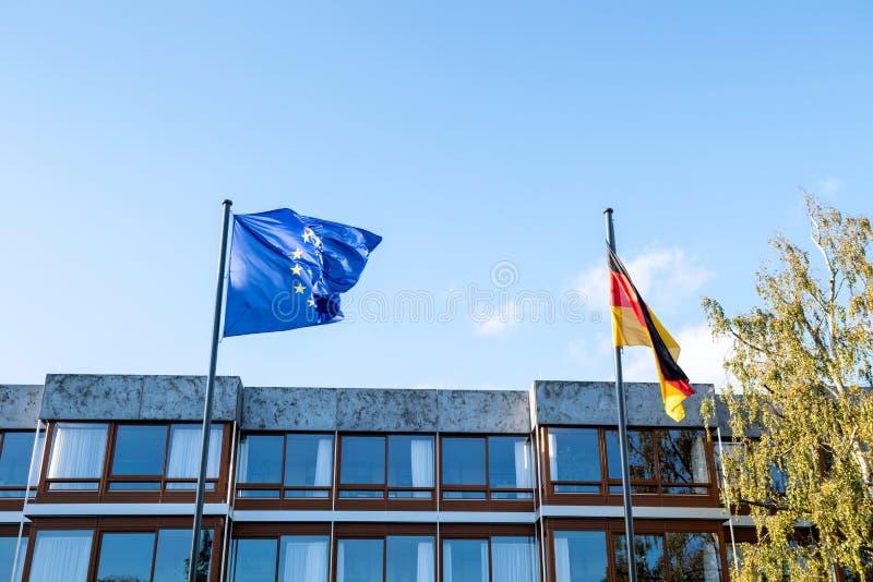 欧盟蓝旗信号和德国沙文主义情绪在前院 库存图片