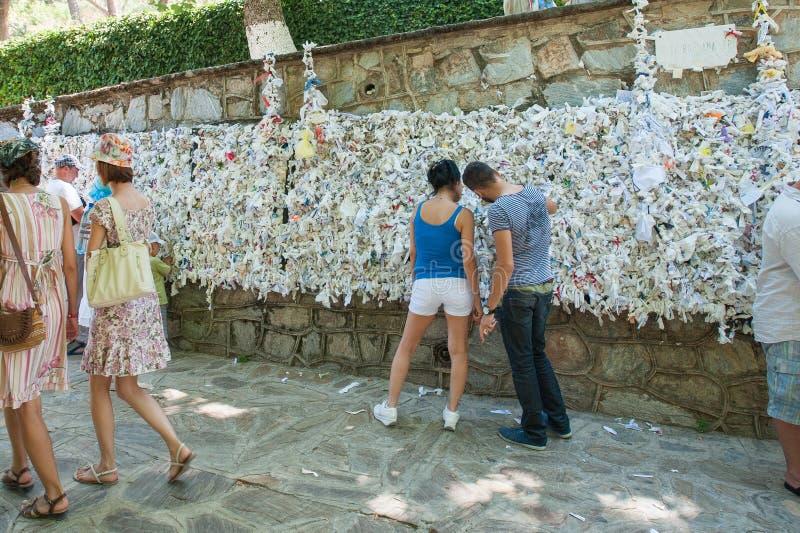 欲望墙壁,人们垂悬笔记要求 免版税库存照片