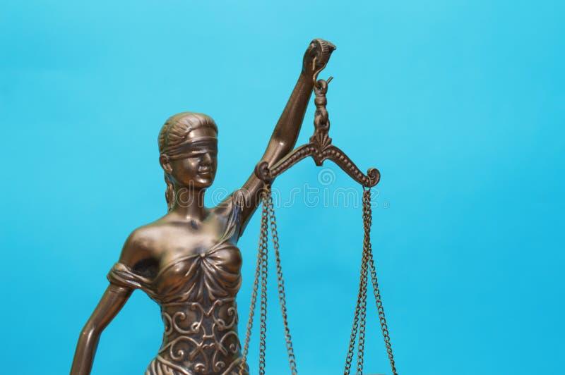 正义正义isolatedstatue雕象在蓝色背景的 免版税库存照片