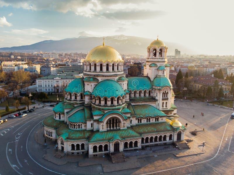 正统大教堂亚历山大・涅夫斯基,在索非亚,保加利亚 在日落的航拍 免版税库存图片