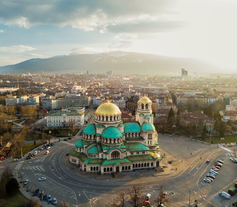 正统大教堂亚历山大・涅夫斯基,在索非亚,保加利亚 在日落的航拍 免版税图库摄影