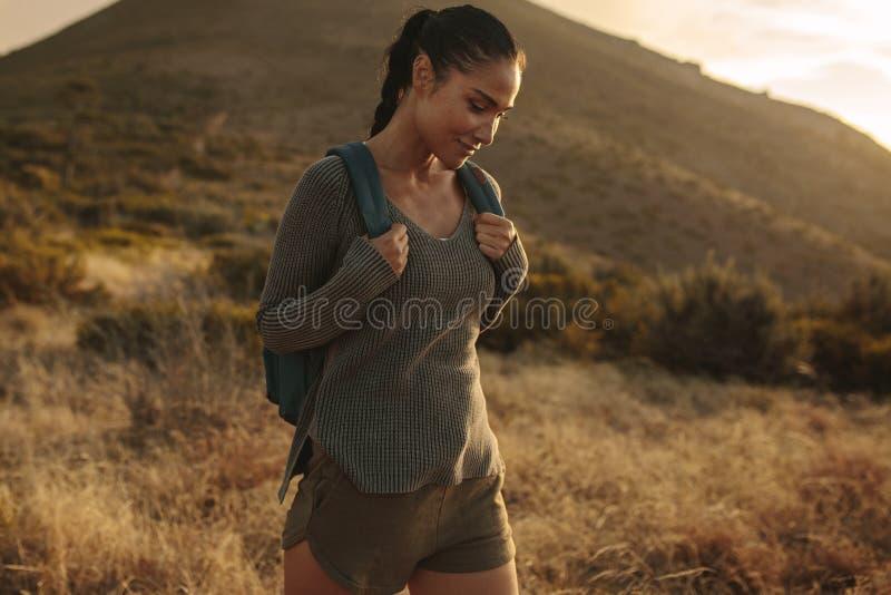 步行在小山的愉快的妇女 免版税库存图片