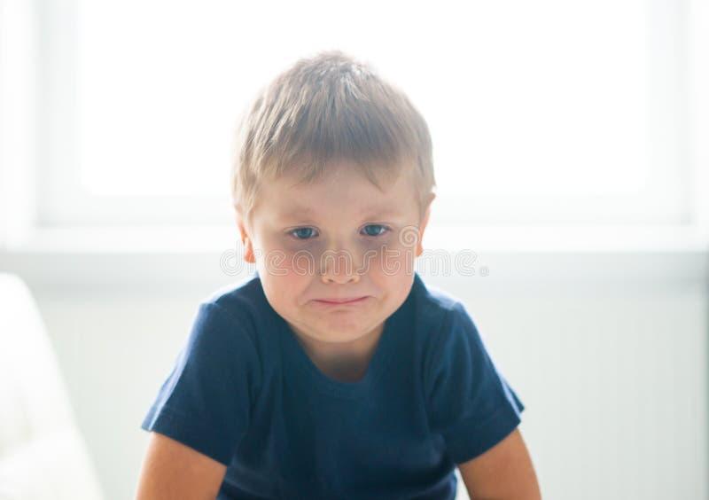 歇斯底里的男孩画象  在家哭泣生气白种人的孩子 免版税库存照片