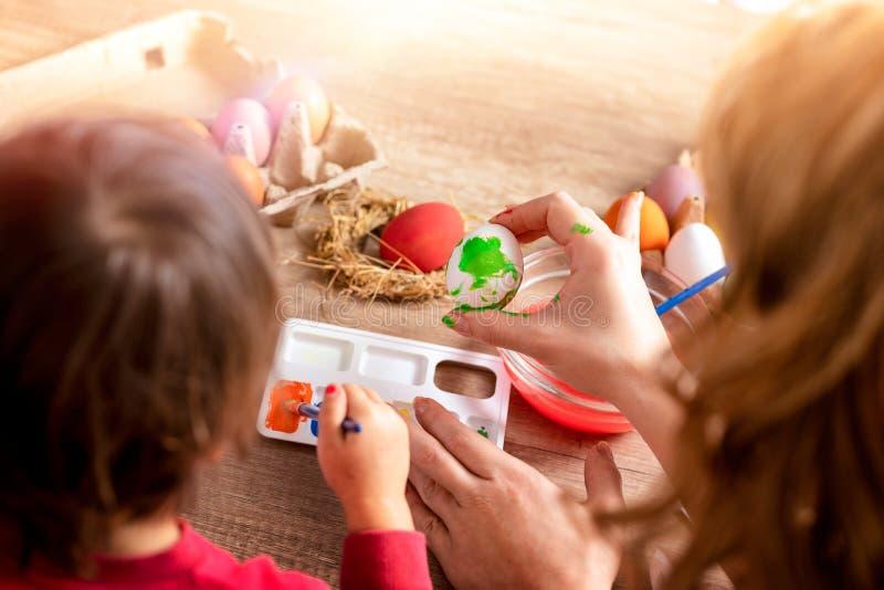 母亲和女儿油漆鸡蛋 免版税库存图片