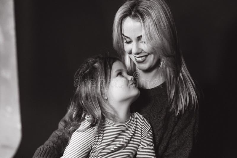 母亲和女儿黑白画象  美丽的女性 女孩小妈妈 免版税库存照片