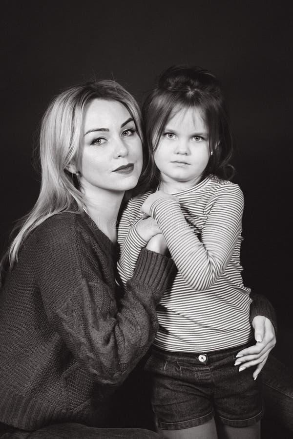母亲和女儿黑白画象  美丽的女性 女孩小妈妈 库存图片