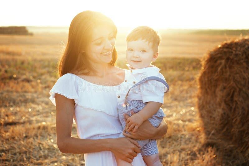 母亲和儿子春天画象在母亲` s天 系列公园结构 库存图片
