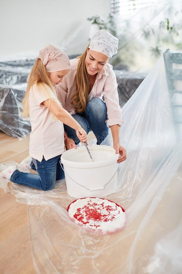 母亲和儿童混合墙壁油漆 免版税图库摄影