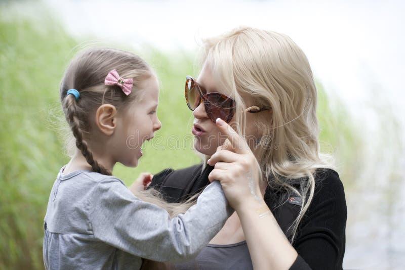 母亲指责女儿 免版税库存照片