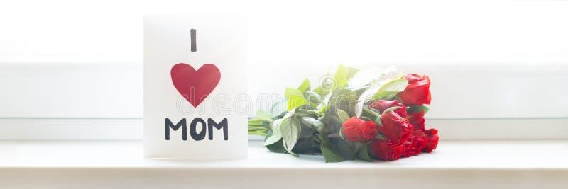 母亲节快乐或生日横幅 英国兰开斯特家族族徽自创贺卡和花束在窗口基石的 免版税库存图片