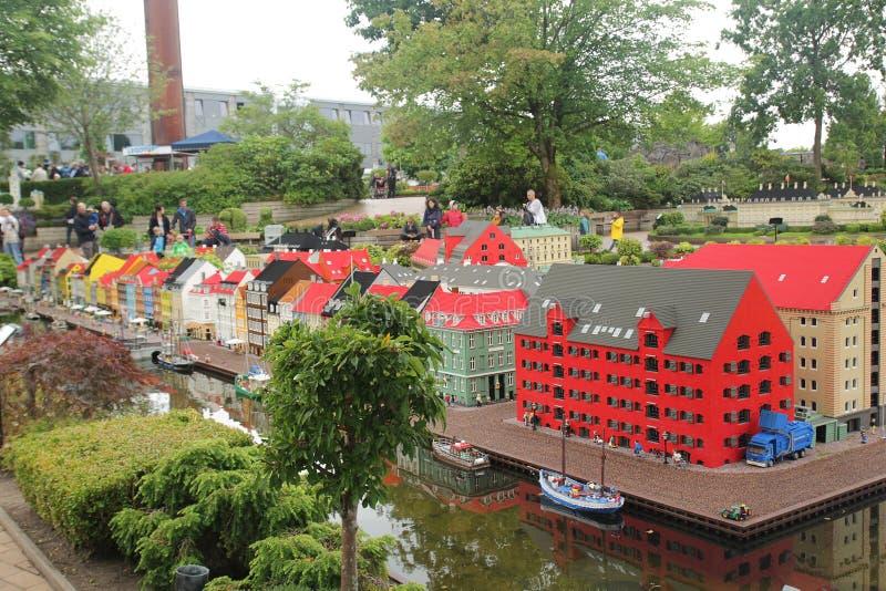 比灵斯,丹麦- 8月24,2017:全部在Legoland的令人激动的lego比赛 库存图片