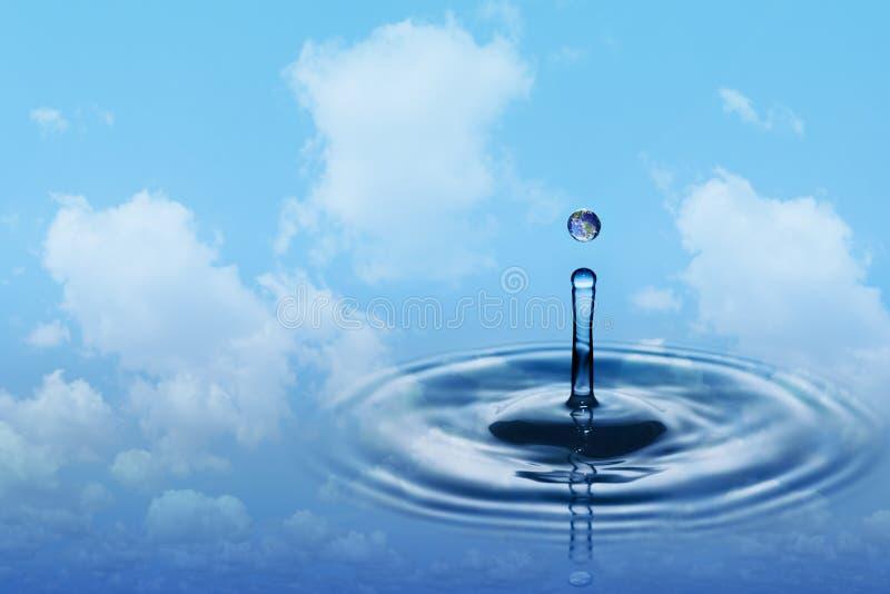 水下跌的滴与地球图象的 库存照片