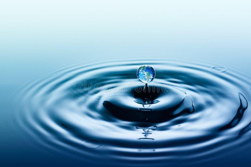 水下跌的滴与地球图象的 图库摄影