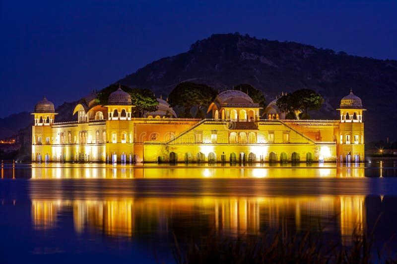 水宫殿Jal玛哈尔在晚上 人Sager湖,斋浦尔,拉贾斯坦,印度,亚洲 免版税库存照片