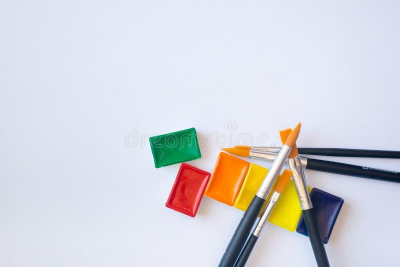 水彩油漆顶视图照片在小试管的有水彩绘画的刷子的 免版税图库摄影
