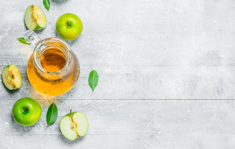 汁液和新鲜的苹果在一个玻璃瓶子有切片的苹果 库存照片