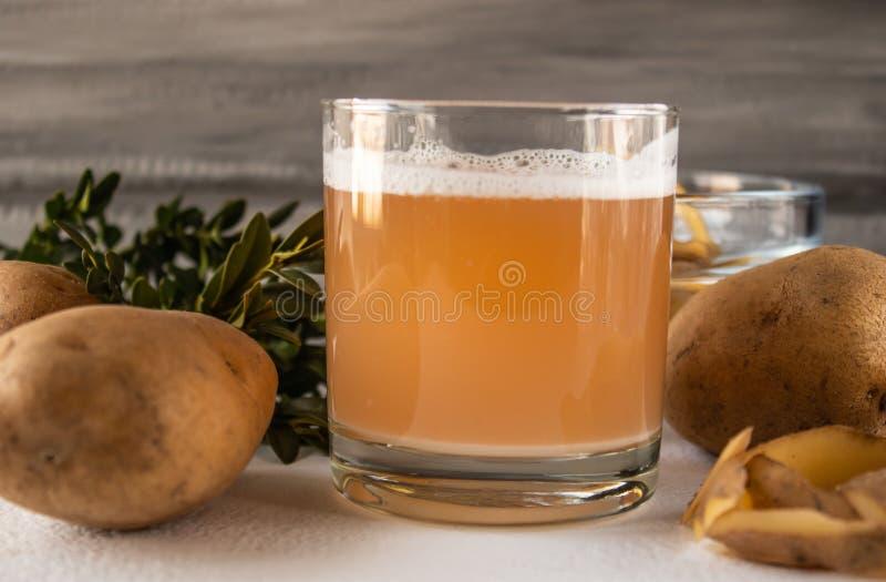 汁液用土豆 背景土豆工作室空白工作 库存图片