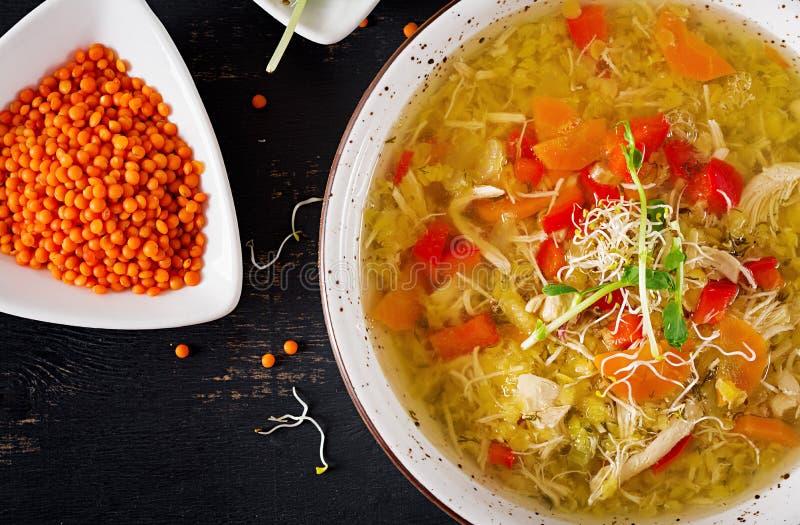 汤用扁豆,红萝卜,鸡肉,辣椒粉,在碗的芹菜 免版税库存图片