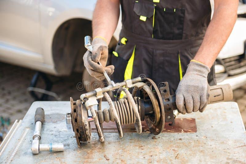 汽车停止修理 吸收体剪报查出路径冲击白色 免版税库存图片