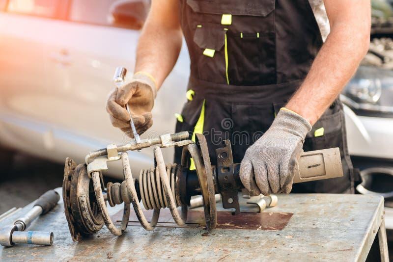 汽车停止修理 吸收体剪报查出路径冲击白色 图库摄影