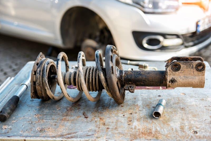 汽车停止修理 吸收体剪报查出路径冲击白色 库存图片